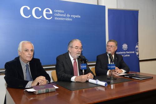 Mesa que presidió el acto: de izq. a der. Hugo Burel, Adolfo Elizaincín presidente de la Academia y Carlos Jones