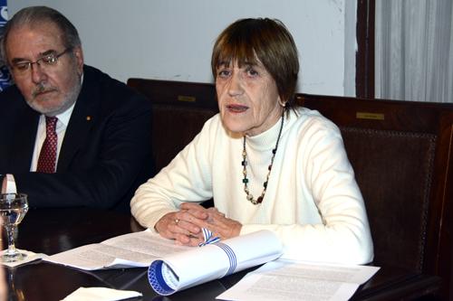 Beatriz Vegh leyendo su discurso